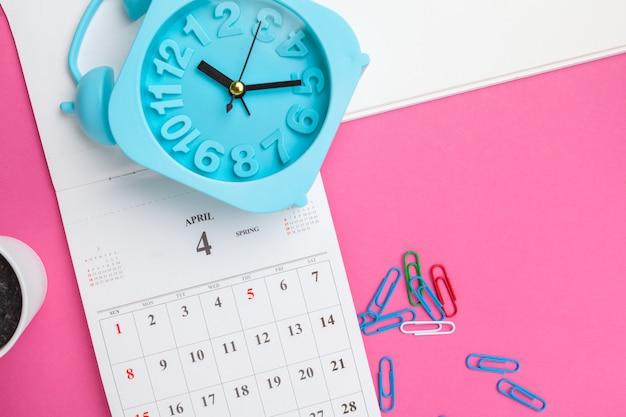 Офисные аксессуары и календарь