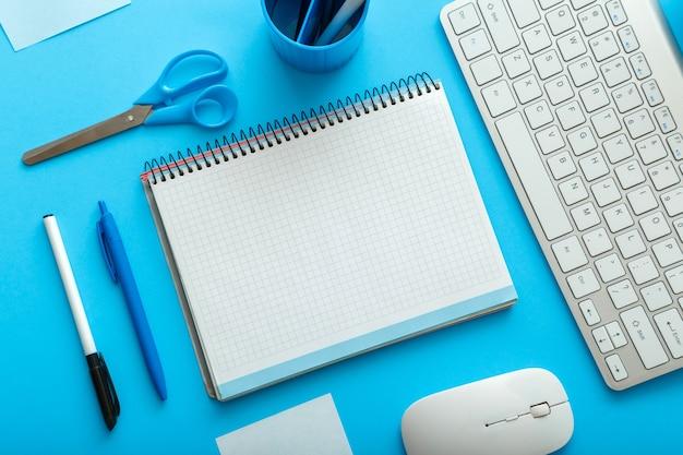 업무 및 교육을 위한 파스텔 블루 레이아웃에 사무실 및 학교 흰색 파란색 편지지. 모형 빈 복사 공간이 있는 학교 개념으로 돌아갑니다. 블루 데스크 작업 공간입니다.