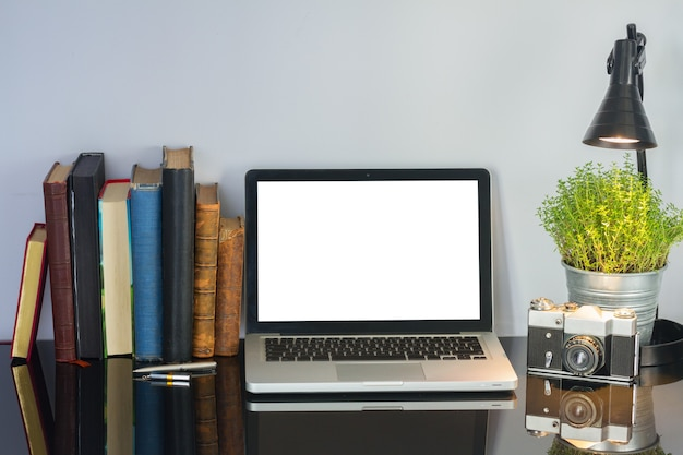 Офисный черный стеклянный письменный стол с компьютером, цветком и принадлежностями