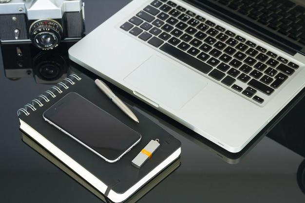 Офисный черный стеклянный письменный стол с компьютером, телефоном и принадлежностями