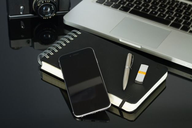 Офисный черный стеклянный письменный стол с телефоном, ноутбуком и принадлежностями