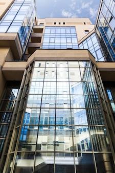 Офисное здание крупным планом с большими стеклянными окнами