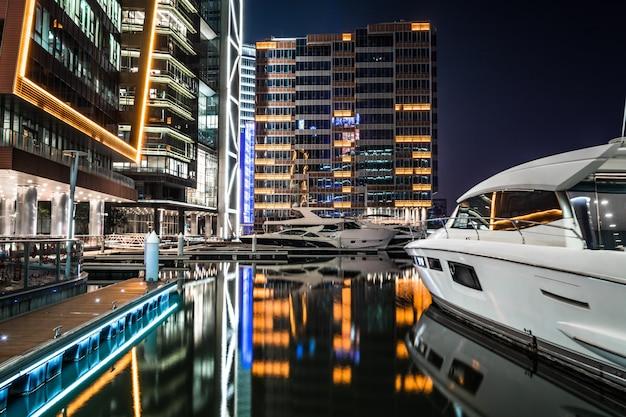 Офисное здание в ночное время