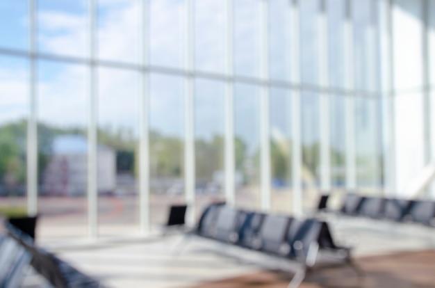 사무실 건물 또는 대학 도서관 로비 홀 독서 공간은 홀 내부로 배경을 흐리게 합니다.