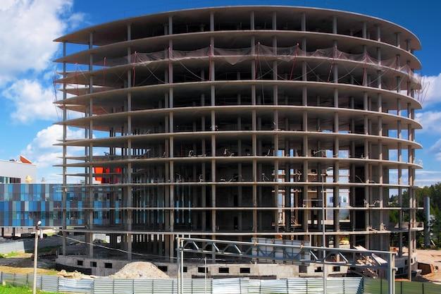 Строящееся офисное здание.