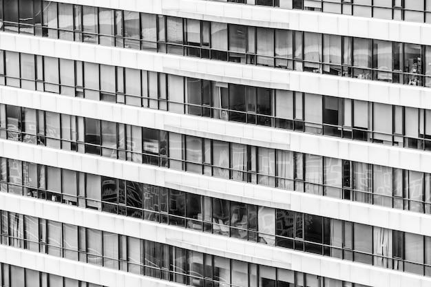 Edificio per uffici con le finestre