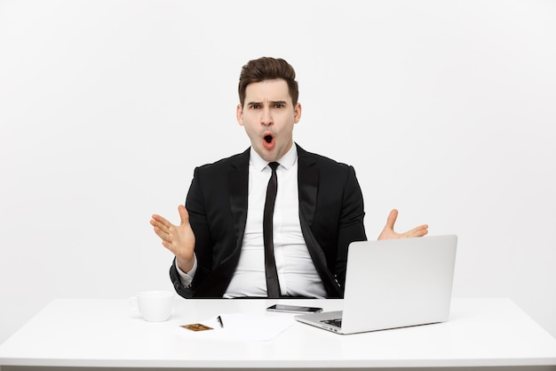 ラップトップコンピューターでビジネスマンを笑顔のオフィスビジネス技術財政とインターネットの概念...