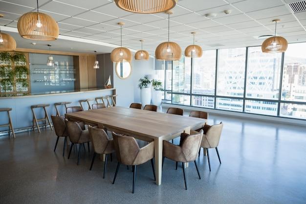 테이블과 의자가있는 사무실 식당