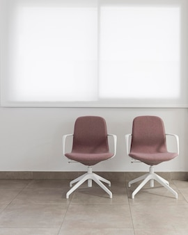 Sedie da ufficio in ufficio vuoto