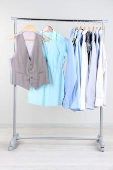 Офисная одежда на вешалках, на сером