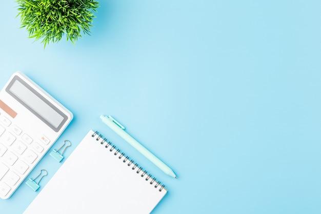電卓とメモ帳のオフィスコンセプト