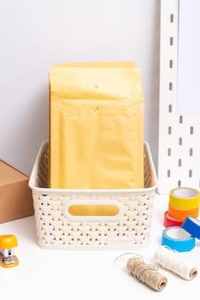 郵便包装、スモールビジネスコンセプトのオフィスデッキ