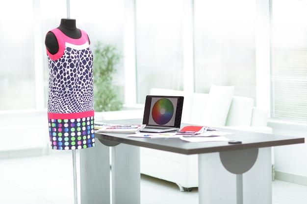 オフィスデザイナーの服。創造性の概念