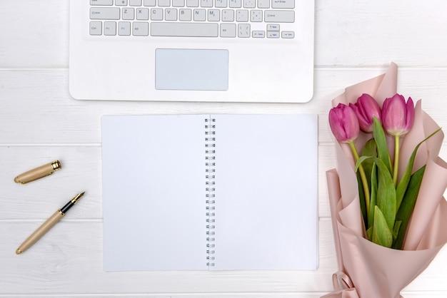 Офисный стол и букет тюльпанов вид сверху