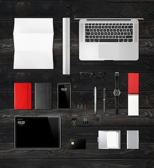 사무실 책상 브랜딩 상위 뷰 검은 목재 표면에 격리. 빈 공간