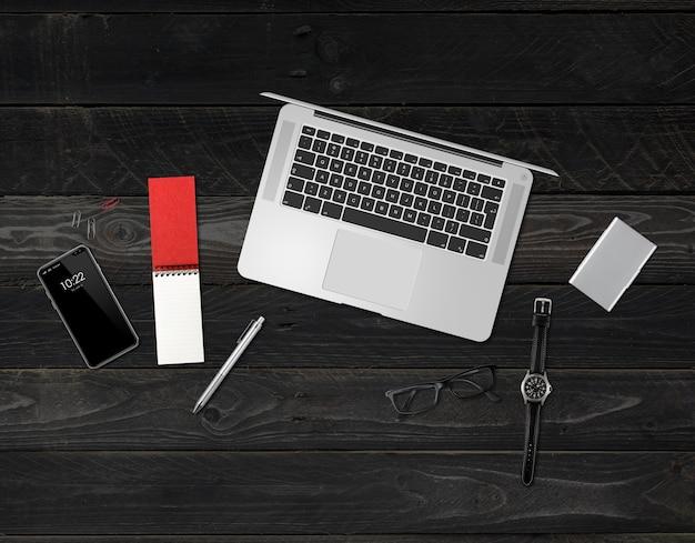 Вид сверху макета офисного стола, изолированные на черном деревянном