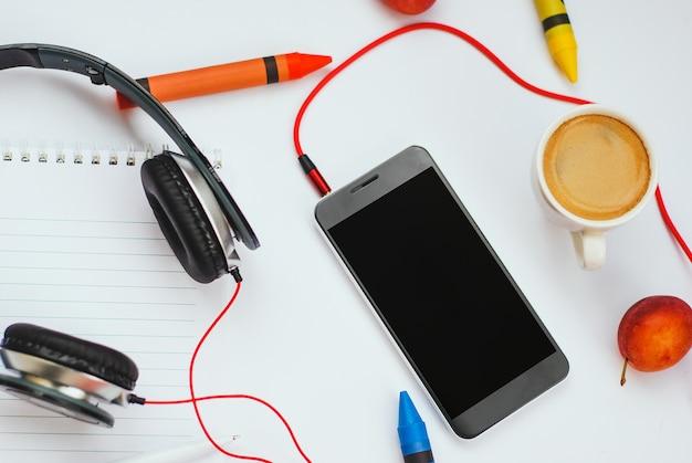 白い背景の上のトップビューアクセサリーoffice desk.smartphonesヘッドフォン