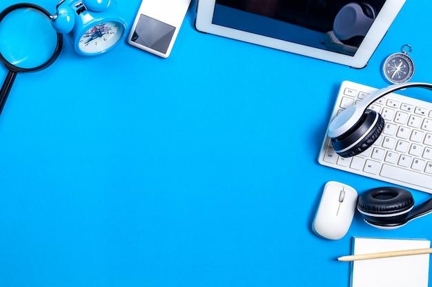 ビジネスワークプレイスとビジネスオブジェクトのオフィスデスクテーブル。