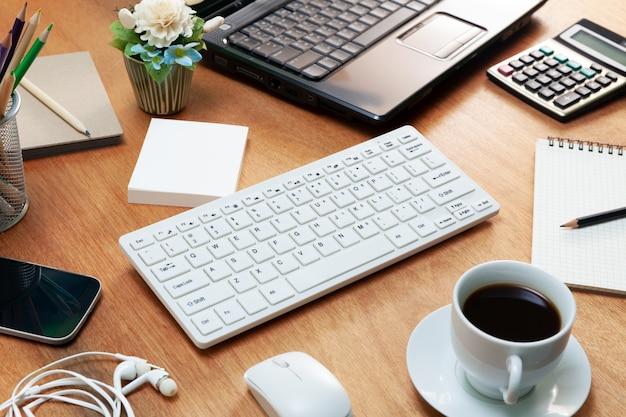 ビジネス職場とビジネスオブジェクトのオフィスデスクテーブル。