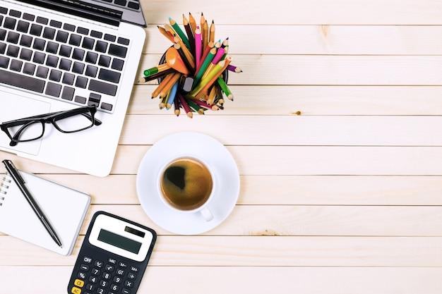木製のテーブルにノートパソコンと現代の職場のオフィスデスクテーブル