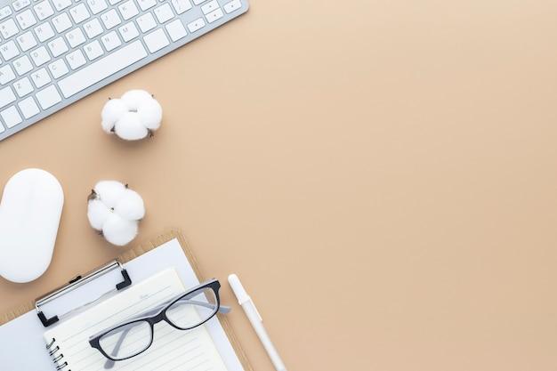 사무용품이 있는 사무실 책상 테이블 상단 보기, 복사 공간이 있는 베이지색 테이블, 베이지색 작업장 구성, 평평한 평지