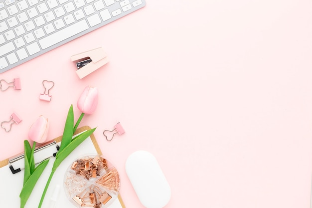사무용품이 있는 사무실 책상 테이블 상단 보기, 복사 공간이 있는 분홍색 테이블, 분홍색 작업장 구성, 평평한 평지