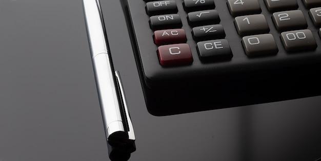 Стол офисный стол с калькулятором и ручкой