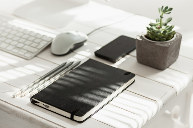컴퓨터, 용품 및 전화 사무실 책상 테이블