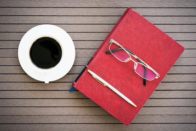 노트북, 커피 컵과 사무실 책상 테이블
