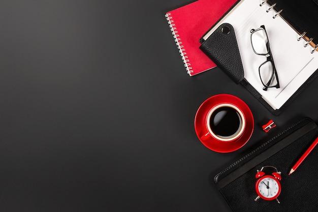 Стол офисный стол с красной чашкой кофе и ноутбуками. вид сверху с копией пространства.