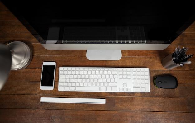 Scrivania con computer e telefono cellulare