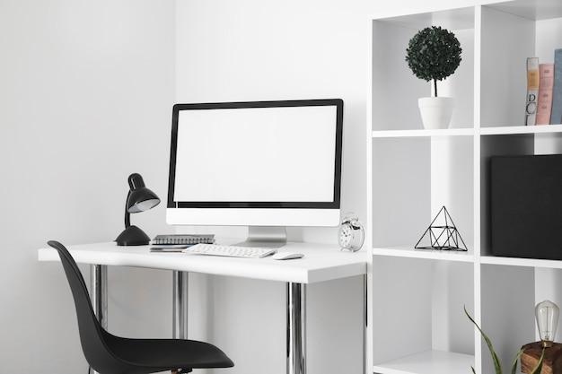 컴퓨터 화면과 책상 의자가있는 사무실 책상