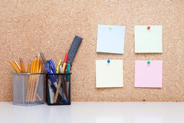 学生用設備のあるオフィスデスクまたはコルクボードのあるオフィス
