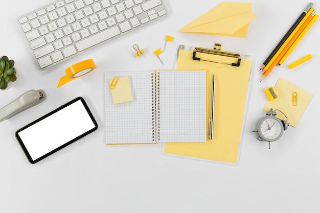 Офисный стол с клавиатурой и мобильным телефоном