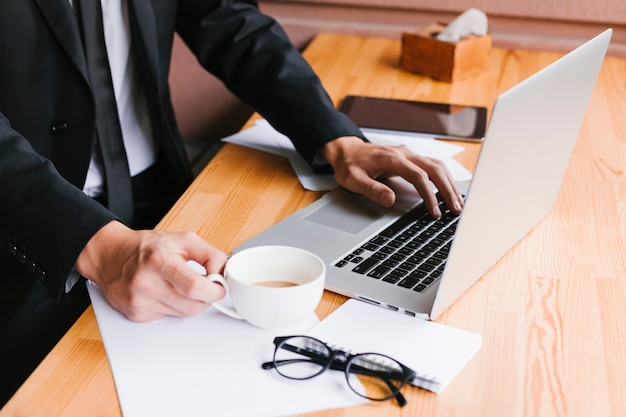 ノートパソコンとコーヒーのオフィスデスク