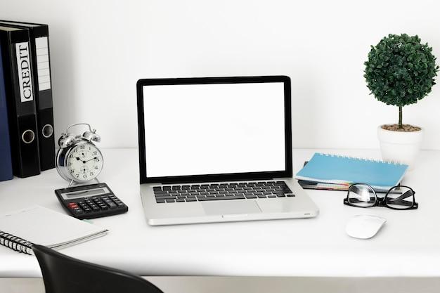 노트북으로 사무실 책상