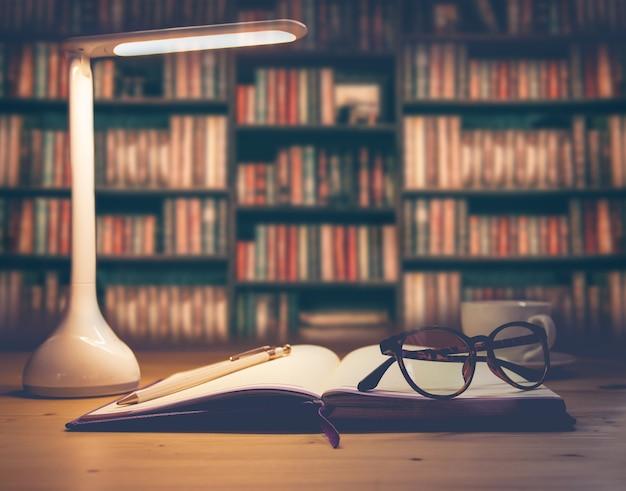 Led 램프, 커피와 서류 스택 컵 사무실 책상