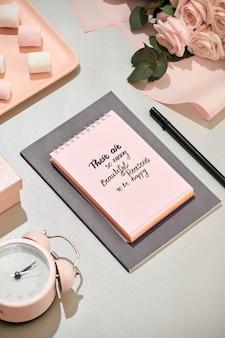 ノートブック、ピンクのバラの美しい花束とオフィスデスク
