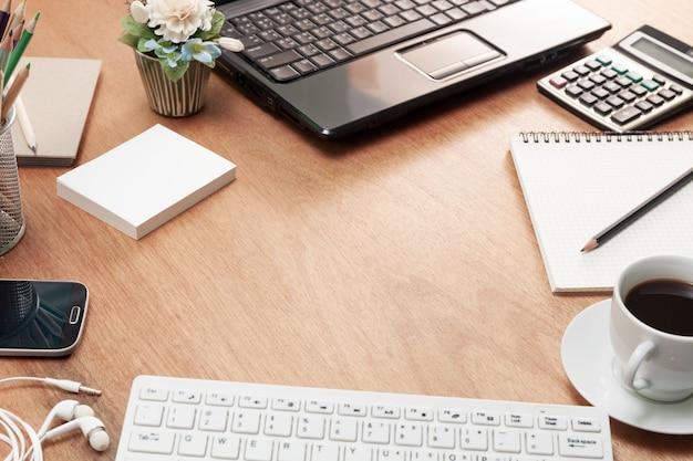 ビジネスワークプレイスとビジネスオブジェクトのオフィスデスクウッドテーブルは、ビジネスファイナンステキストとビジネスバンキングテキストの背景用のスペースをコピーします。