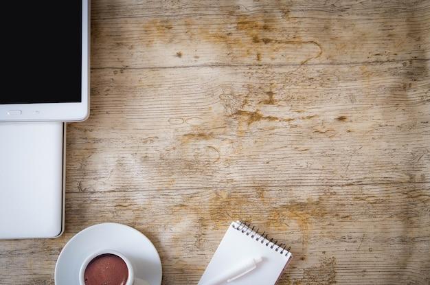 オフィスデスク、木製テーブルの上のカップでの作業