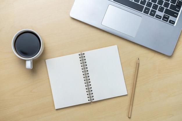 평면 위치 개체 위의 평면도에서 사무실 책상 작업 공간 및 테이블 배경. 창의적인 작업을위한 현대적인 미니멀 디자인 데스크탑. 미니멀리즘 개념.