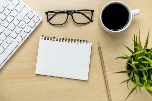 평평한 물체 위의 평면도에서 사무실 책상 작업 공간 및 테이블 배경