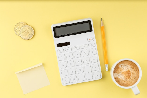 電卓とオフィスのデスクトップの概念