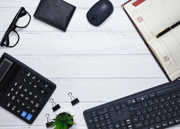 Рабочий стол офиса с клавиатурой канцелярские принадлежности карандаш зеленый лист