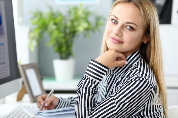 Офисный работник работает эффективно в течение дня.