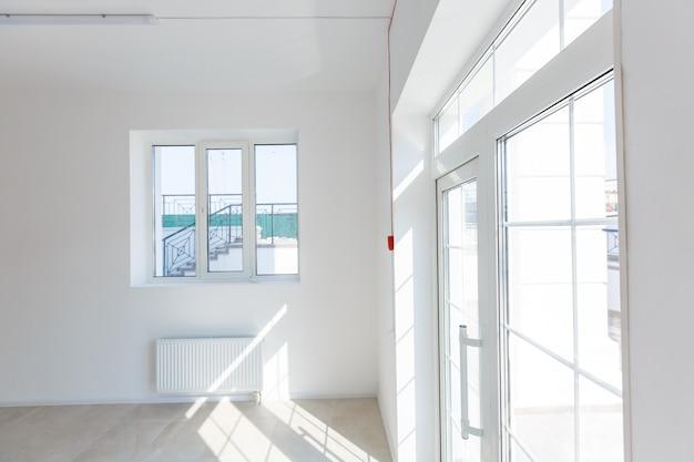 Пристройка офиса, использующая кирпич в качестве стены, конструкции, благоустройства. ремонт, пристройка, капитальный ремонт и реконструкция интерьера маленькой комнаты с окном и кирпичными стенами.