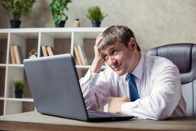Концепция офиса, финансов, интернета, дела, успеха и стресса - сердитый бизнесмен неудачные переговоры, эмоции отчаяния.