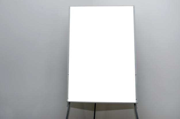 白い空白のあるオフィスのフリップチャート