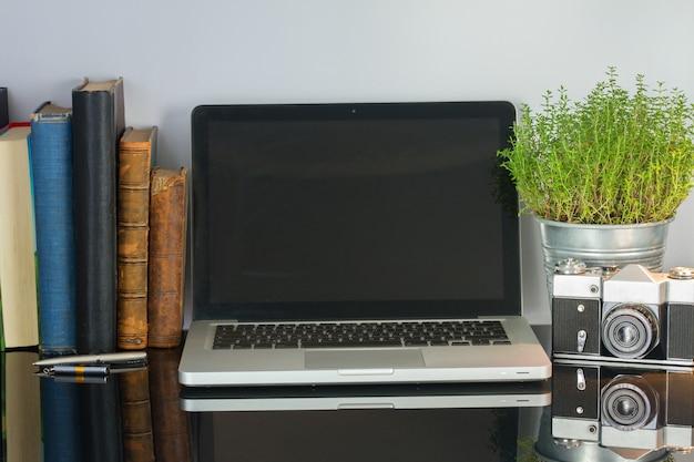 Офисный стеклянный письменный стол с компьютером, цветком и принадлежностями