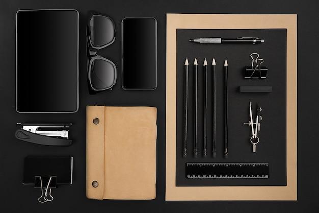 黒の背景にオフィスアイテム。上面図。静物